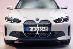 BMW、新型EV「i4」登場! 巨大なキドニーグリルに隠された機能とは?