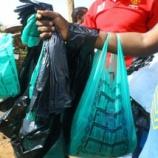 『ケニアのスーパーのビニール袋禁止とリサイクルペーパーバッグの起業家。』の画像