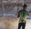 ガーナの小学校教師 ワードを教えたくてもパソコンが無いため黒板で全てを教える