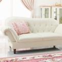 くつろぐ姿勢も美しく見える優雅なソファ。