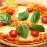 『オーブンもイーストも使わず10分で出来るピザの作り方教える』の画像