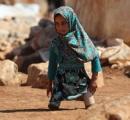 父が空き缶で作った義足をつけるシリアの少女