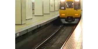 某駅でホームに人が落ちた→さらに!落ちた人と電車の距離が10メートル切った辺りで(無理だ)と思って、目を瞑り耳を塞いだら…