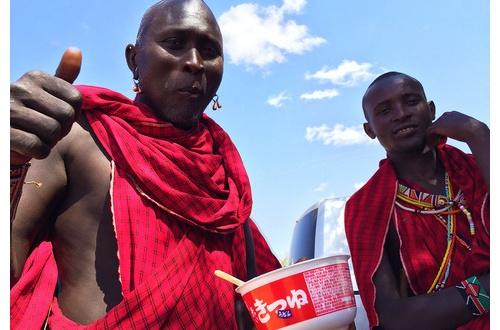 アフリカの子供たち「おっ、支援物資が来たなwwwwwwww」のサムネイル画像