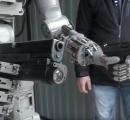 """2丁拳銃で目標を撃ち抜く人型ロボットが登場 ~政府は""""ターミネーター""""ではないと否定"""