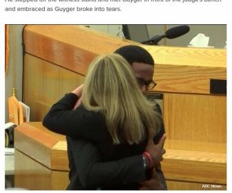 【海外】「兄なら許した」 間違えて住人を射殺し有罪判決を受けた元警察官に被害者の弟がハグ 裁判官の目にも涙(米)