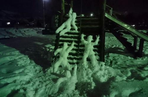 ワイ31歳1人で公園で雪遊び、一時間かけて創作した結果wwwwwwwwのサムネイル画像