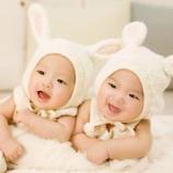 『【一卵性双生児の謎】全く別の環境で育った2人の人生にビックリ!ここまで似るものなの?』の画像