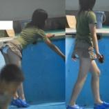 『【画像】プールでパンチラしてる女子wwwwwwwwwwwww』の画像