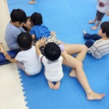 『【GIF】保育園実習中のJKさん園児におっぱいを触られて真顔になるwwwwwwwww』の画像