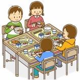 『【クリップアート】小学校中学年−高学年の子どものイラスト9(給食を食べる・掃除をする・雑談をする)』の画像