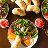 『これだけ食べとけば大丈夫?温玉カラフルサラダと塩バターパン』の画像
