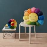 『アーティスト村上隆による「お花」クッション、MoMAスペシャルエディションを発売 ピンクとブルーの目+MoMAロゴ入りタグ付き』の画像