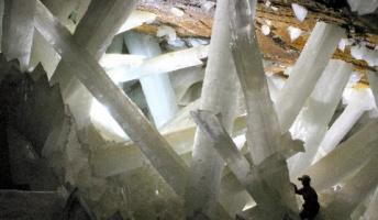 これ魔法で戦った跡だよね?メキシコの洞窟で輝く巨大結晶の成長過程を測定