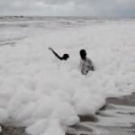 【動画】インド、国内有数のビーチに大量の白い泡が広がる!専門家「汚染物質!」 [海外]