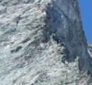 ドアを開けると断崖絶壁の世界で最も怖い山荘 100年以上前に登山家により建てられる