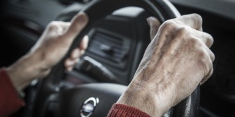 親戚一同で旅行に行くことになり、おじさんが運転するはずが運転席にはボケた祖父。止める間もなく発進してしまい生きた心地がしなかったw