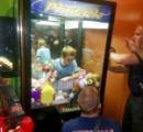 クレーンゲーム機に少年が閉じ込められる 非番の消防隊員まで動員して救出に成功
