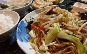 中華料理店の焼きそば定食を堪能