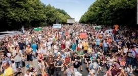 【ドイツ】「マスクはいらない!不要!」 1万7千人が抗議デモ…参加者の大半マスクせず