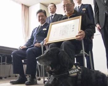 行方不明の老人の枕の臭いをたどり発見 警察犬「ひらり号」と指導する岩本良二さんに感謝状(画像あり) 青森・黒石市