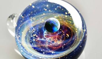 ガラス玉に宇宙を詰め込んだ、とても神秘的な「宇宙ガラス」