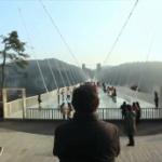【動画】中国、高さ300m世界最長のガラス橋で2000人の人の時間を止めてみた [海外]