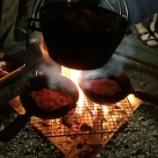 『【キャンプ】焚火と食事を楽しむなら尾上の囲炉裏台テーブル』の画像
