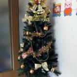 『クリスマスツリーの飾りつけ』の画像