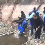 【動画】中国、ゴミ溜め化した川へ魚の放流!「我々は良いことをしている!ドヤっ!」