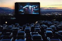 車に乗りながら映画を見る「ドライブインシアター」とかいうの