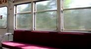 電車内で老夫婦の女性しか席に座れなかったので男性のために席を譲ったら断られた話