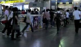 【日本のオタク文化】    電車から降りて、コミケ会場に向かう人々の 凄まじい映像。  海外の反応