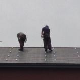 『屋根に金具をつけます』の画像