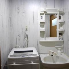 壁紙シールプレミアムウォールデコシートで賃貸アパート洗面所を白い木目に