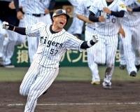 阪神一筋15年の大ベテラン、岡崎太一のプロ人生を振り返る