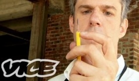 【海外の職人】   鉛筆削りで 生計を立てている男の動画が ツッコミどころが多すぎて 正解がわからない件。  海外の反応