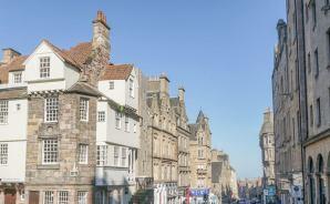青空の下イギリスの旧市街を歩く