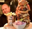 【画像】イギリスで高さ30センチ超を誇る特大ハンバーガー 20分以内に完食できれば無料