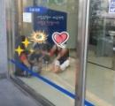 【韓国 】銀行の中で涼みながらビールを飲む女性 靴を脱いで座り込みどんちゃん騒ぎ