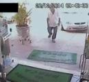 【動画】強盗に銃を突きつけられても平然と買い物をするお爺さんがカッコ良すぎと話題に