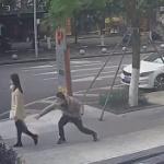 【動画】中国、マスクの男が歩道を歩いている女性に唾を飛ばしくっ付ける! [海外]