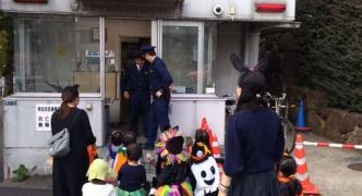 【画像】ハロウィンキッズ、仮装して交番を襲撃wwwwwww