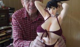 【海外の変態】     日本の 爆乳フィギュアを  89歳の誕生日を迎えたおじいちゃんが 手に入れる。   海外の反応