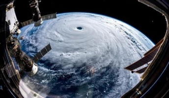 宇宙から見える「巨大な渦」 台風24号が台湾・沖縄方面へ