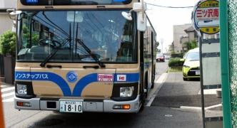 【悲報】バスの死角から飛び出して来た幼女、車に撥ねられ死亡。これは避けられない・・・