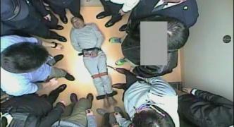 【拘束動画あり】ネパール人、日本人警察官16人に特殊な拘束具で手足を拘束され死亡