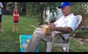 【感動】色覚に難があるおじいちゃん(66)が誕生日に色覚を補完するメガネをプレゼントされ涙