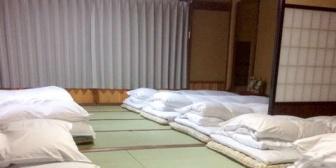 サークルの合宿で女子皆で雑魚寝してたんだけど、深夜に目が覚めて起き上がるとなんだか人の気配が…