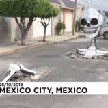 『メキシコの街に突如現れた巨大なガイコツ!「死者の日」が開催される』の画像